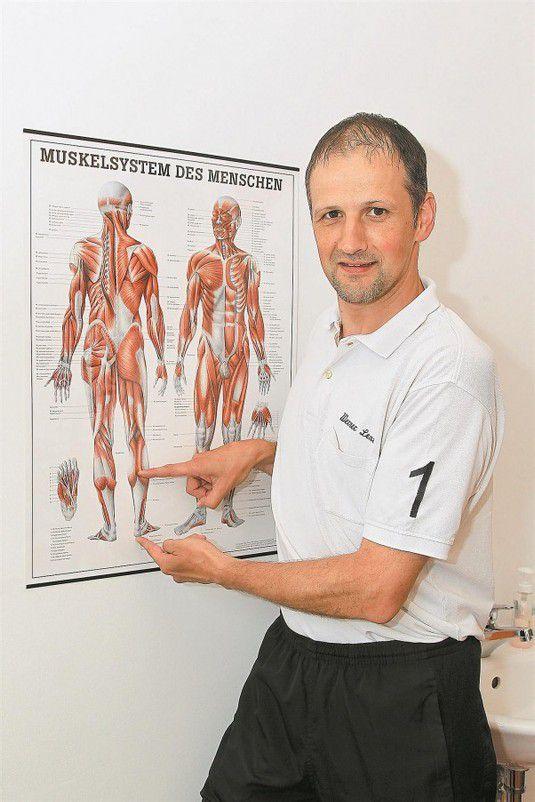 Werner Lenz zeigt, welcher Teil der Wade in engem Zusammenhang mit der Achillesferse steht. fotos: vn/hofmeister