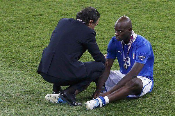 Wie ein Vater kümmerte sich Italiens Teamchef Cesare Prandelli nach der Finalniederlage um seinen Stürmer Mario Balotelli. Foto: reuters