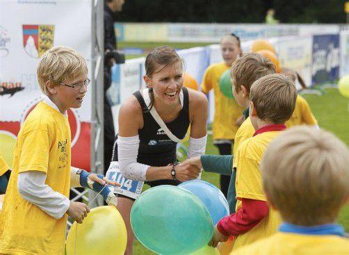 Wurde im Ziel herzlich empfangen: Siegerin Bianca Steurer. Jensen Images