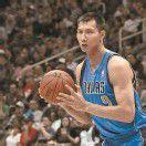 Basketballstar Yi Jianlian trägt Chinas Fahne