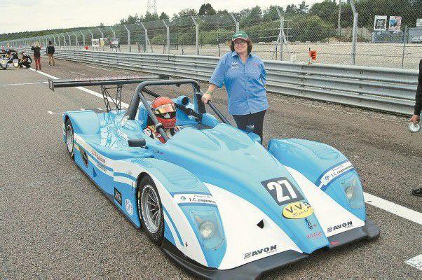 Zeigen enormes Engagement und haben Erfolg: Dijon-Klassensieger Sandro Bickel im Ligier JS 51 mit Mama Christine. Foto: philmedia