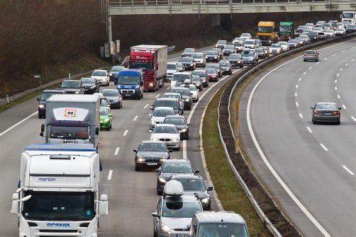 feature, stau, rettungsgasse, a14, pfändertunnel, a14 fahrtrichtung deutschland auf höhe wolfurt, gegen 14:00 uhr