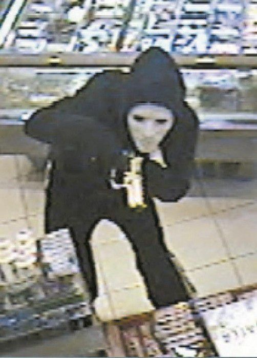Der maskierte Täter bedrohte die Kassiererin mit einer chromfarbenen Waffe. Fotos: Polizei