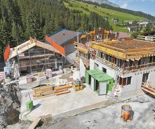 """Lech Lodge"" soll bis November fertig sein. Foto: VN/Hofmeister"