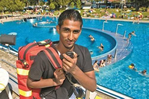 Ajay Schatzmann passt auf, dass die Gäste den Badespaß sicher genießen können. Foto: VN/Steurer