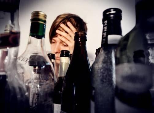 Auch ein Zuviel an Alkohol kann der Leber bekanntermaßen zusetzen. adobe stock