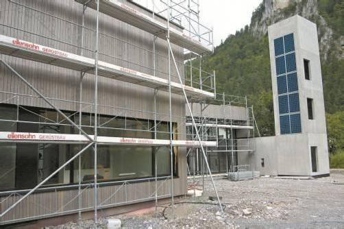 Am Schlauchturm des neuen Feuerwehrhauses in Lorüns konnte kürzlich bereits die Photovoltaikanlage angebracht werden. Foto: nas