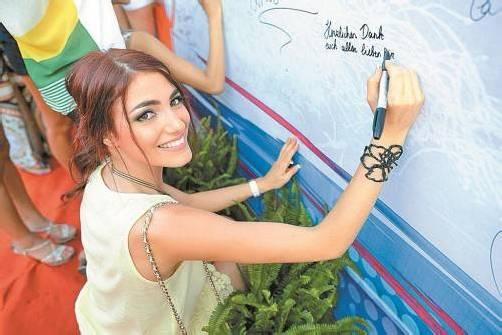 Amina Dagi verewigte sich auf einem riesigen Transparent mit ihrer Unterschrift. FotoS: missworld.com