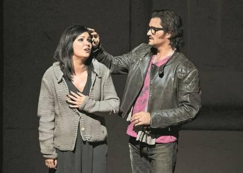 """Anna Netrebko als Mimi und Piotr Beczala als Rodolfo in Damiano Michielettos Inszenierung von Puccinis """"La Bohème"""" in Salzburg. Foto: AP"""