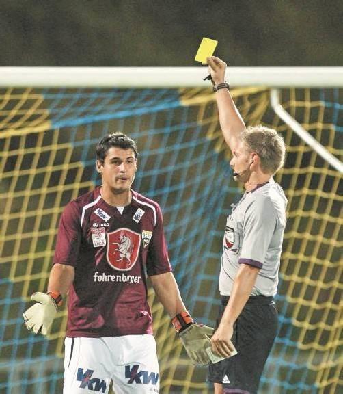 Auch Altach-Torhüter Martin Kobras erhielt die Gelbe Karte von Schiedsrichter Manuel Schüttengruber. Foto: diener