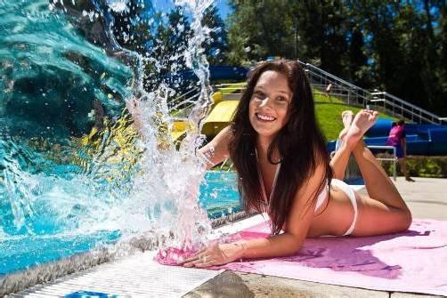 Auch diese Woche wird Jessica im Waldbad Feldkirch so manches Sonnenbad nehmen können. Foto: paulitsch