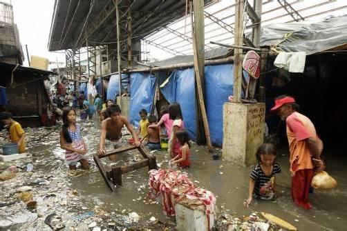 Auf den Philippinen kämpfen die Menschen mit den Folgen des Taifuns.  Foto: epa