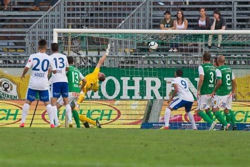Austria-Torhüter Alexander Kofler streckt sich vergebens nach dem Kopfball von Mario Leitgeb. Der Ball schlägt über ihm im Tor ein, der bittere Ausgleich ist perfekt. Fotos: Steurer