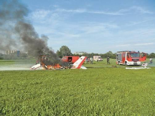 Beim Aufprall kam es zu einer Explosion im Motorraum. Die Maschine ging in Flammen auf. Foto: Polizeidirektion Konstanz