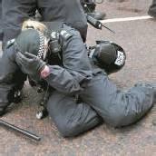 Krawalle und verletzte Polizisten bei Protestantenmarsch in Belfast
