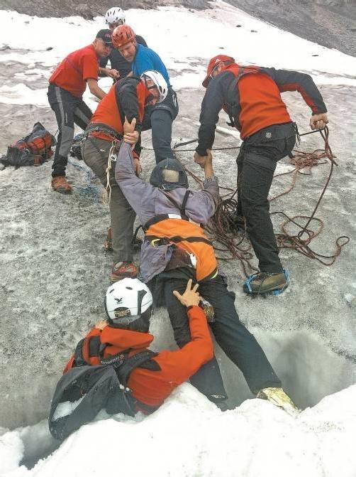 Bergretter und Alpinpolizisten bargen den Mann aus der rund 20 Meter tiefen Gletscherspalte. APA-Fotos: ÖAMTC, ZEITUNGSFOTO.AT/DANIEL LIEBL