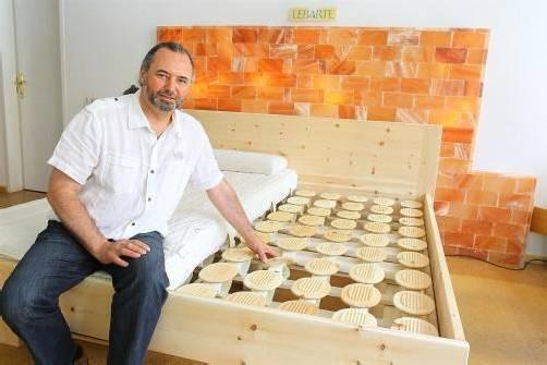Bio-Tischler Johannes Falch baut unter anderem Betten nach ökologischen Prinzipien. Fotos: VN/Hofmeister