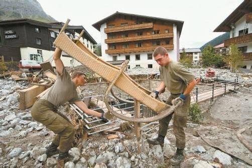 Bundesheersoldaten helfen bei den Aufräumarbeiten nach Unwettern in Lech 2005: Eine vom Verteidigungsministerium geplante Prämie für Katastropheneinsatz sorgt in Vorarlberg für helle Empörung. Foto: VN/Stiplovsek