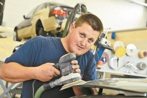 Christoph Dreier sucht einen Lehrling für die Ausbildung zum Karosseriebautechniker. Foto: Stiplovsek
