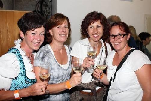 Damen-Quartett in Festlaune: Brigitte Winder (l.) mit Monika Winder sowie Isabella Nenning und Claudia Gunz. Fotos: Ame (3), WAM (3)