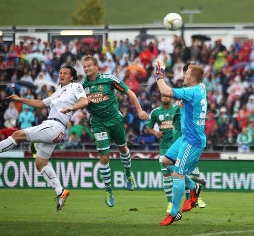 Dario Baldauf (l.) ist vor Sonnleitner und Königshofer am Ball. Diener