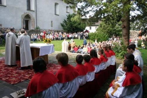 Das Gebhardsfest zieht jedes Jahr Hunderte Pilger in den Burghof oberhalb von Bregenz. Foto: St. Gallus