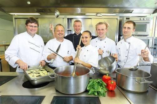 """Das Küchen-Team der """"Sonne"""" in Mellau freut sich, ihre internationale Erfahrung weitergeben zu können. Foto: VN/hofmeister"""