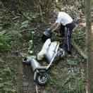 Mit Moped von der Straße abgekommen