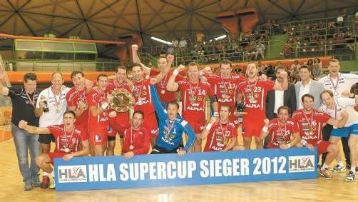 Der Alpla HC Hard holte sich drei Monate nach dem Triumph in der Handball-Liga Austria 2011/12 nun auch den Siegerpokal beim erstmals durchgeführten Supercup 2012. Foto: diener