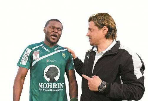 Der Trainer und sein Star Pierre Boya. Hartinger