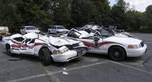 Die Autos wurden wie in einer Monster-Truck-Show zugerichtet.