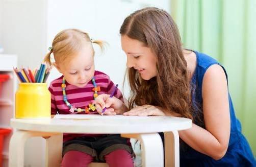 Kindergartenpädagoginnen starten laut neuem KV mit einem Einstiegsgehalt von 2420 Euro brutto.