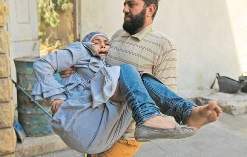 """Die Kämpfe in der syrischen Großstadt Aleppo treffen auch Zivilisten: Ein Mitglied der """"Befreiungsarmee"""" bringt nach einem Angriff der Regierungstruppen eine verletzte Frau in Sicherheit. Foto: Reuters"""