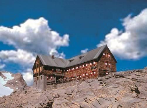 Die Mannheimer Hütte belohnt ihre Besucher mit einem einzigartigen Rundumblick auf die heimische Bergwelt. Foto: Vn