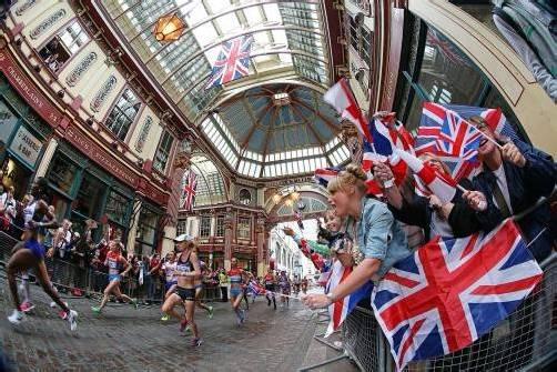 Die Marathonläuferinnen passierten beim Kampf um Gold auch den historischen Leadenhall Market – und wurden frenetisch bejubelt.