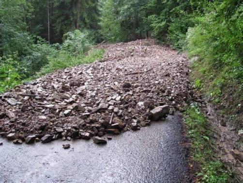 """Die Rellstalstraße wurde im Bereich """"Blaunröfi"""" auf einer Länge von 100 Metern bis zu zwei Meter hoch verschüttet. Foto: PI Schruns"""