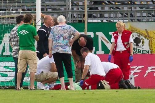 Die Rettungskräfte kümmern sich um Austria-Platzwart Andreas Apnar, der von der Torstange getroffen wurde und kurzzeitig das Bewusstsein verlor. Fotos: Steurer/2, Diener/2, gepa