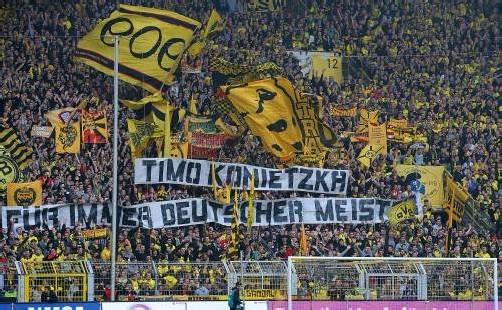 Dortmund-Fans gedachten der verstorbenen BVB-Legende Timo Konietzka. Foto: gepa