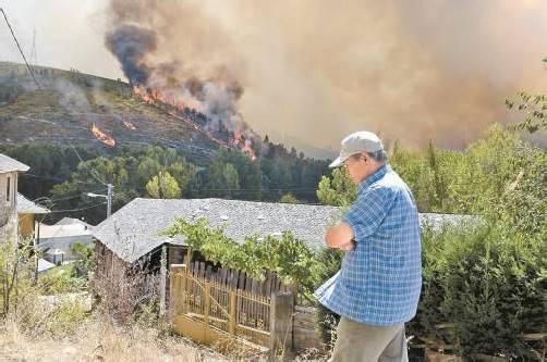 Fast 5000 Bewohner mussten nach Angaben der spanischen Behörden ihre Häuser und Wohnungen verlassen. Foto: EPA