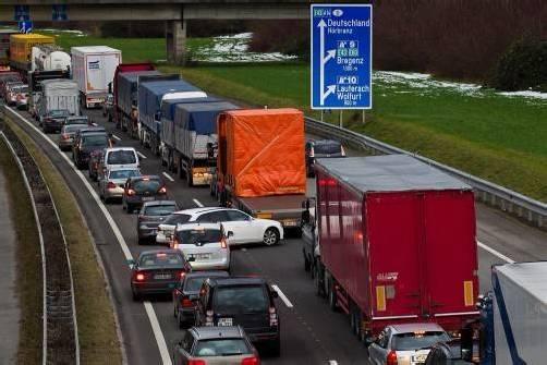 Fluch oder Segen? Die mit Beginn des Jahres eingeführte Rettungsgasse steht erneut in der Kritik. Foto: VN