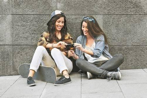 Gerade in der Pubertät dreht sich ein Großteil des Alltags Jugendlicher rund um das Thema Handy. VN, Fotolia