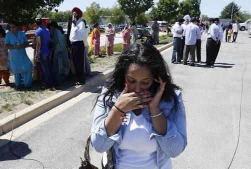 Geschockte Angehörige vor dem Tempel können das Geschehene nicht fassen. Foto: AP