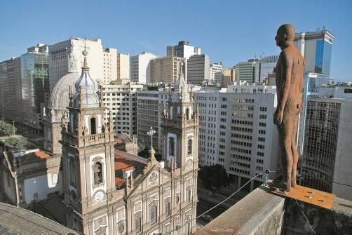 Gormley-Skulptur über den Dächern von Rio de Janeiro. Foto: AP