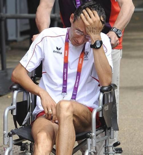 Günther Weidlinger verließ das Stadion im Rollstuhl. Foto: Apa