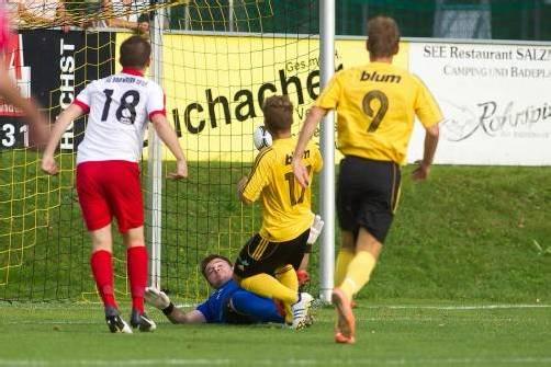 Höchst-Neuzugang Julian Lipburger (rechts) bezwingt schon nach  80 Sekunden FCD-Torhüter Dominik Lampert. Foto: Steurer