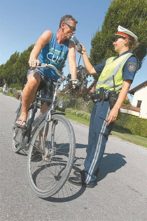 Im Gegensatz zu den Kfz-Lenkern dürfen Radfahrer mit bis zu 0,8 Promille unterwegs sein. Wer mehr Alkohol im Blut hat, zahlt. Foto: Hofmeister