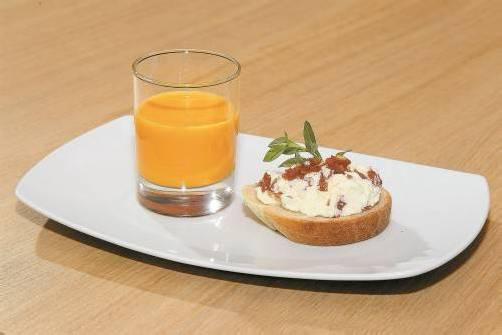 Im Glas serviert: Farbenfrohe Paprika-Crème-Suppe mit Safran. Fotos: VN/b. Hofmeister, P. Steurer
