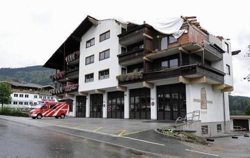 In Ellmau wurden Dächer durch Sturmböen abgedeckt. Foto: APA