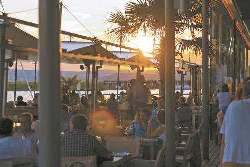 """In der """"Mole West"""" kann man den Sonnenuntergang direkt am Wasser genießen und sich kulinarisch verwöhnen lassen – die Seele eben so richtig baumeln lassen. Foto: Mole West"""