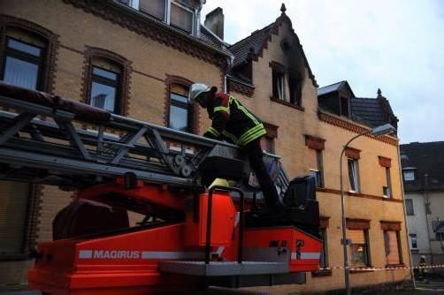 In der Dachwohnung bricht ein Feuer aus – doch nur die Eltern und ihr Baby können gerettet werden. Foto: EPA